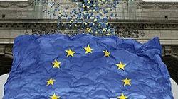 Poseł Jobbiku wyrzucił flagę UE z węgierskiego parlamentu przez okno - miniaturka