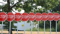 Miasta liwidują znaki drogowe i sygnalizację świetlną. Przez to ulice są bezpieczniejsze! - miniaturka