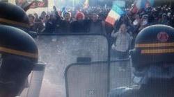 Kordony policji, gaz łzawiący, barykada... Protest w Paryżu przeciw homo małżeństwom. Zobacz film - miniaturka