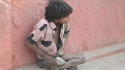Irlandzcy biznesmeni w Indiach kupują na aukcjach dzieci, by ratować je przed stręczycielami - miniaturka