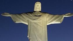 Profanacja pomnika Chrystusa. Pan z butelką i kobietą w bikini - miniaturka