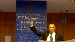 Powiesił krzyż w PE, ale szybko go zdjęli. Gdzie jest teraz? - miniaturka