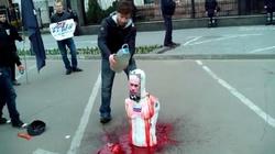 Ukraińcy palą okrwawionego Putina. Zobacz film - miniaturka