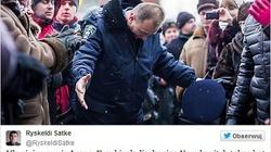 Niesamowity gest milicjanta: oddaje hołd demonstrantom! - miniaturka