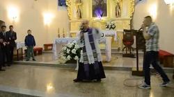 Kolejny power boży! Polski ksiądz rapuje podczas Bierzmowania! - miniaturka