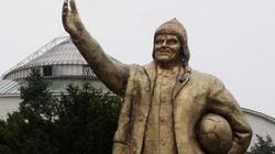 Złoty pomnik Donalda Tuska atrakcją Warszawy - miniaturka