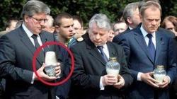 Ta fotografia nie potrzebuje komentarza: Komorowski i odwrócony znicz! - miniaturka
