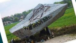 Wandalizm rodem z palikociarni szerzy się w Krakowie. Zniszczono skałę-pomnik poświęconą Janowi Pawłowi II - miniaturka