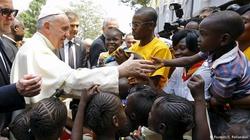 Papież nie zmienia zdania: Pomagajcie uchodźcom! A co z imigrantami?... - miniaturka