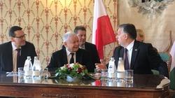 Węgrzy zbudowali Pomnik Smoleński. Kaczyński u Orbana. Piękny znak przyjaźni! - miniaturka