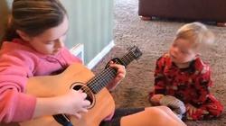 Siostra śpiewa chłopczykowi z zespołem Downa 'Jesteś moim słoneczkiem' (WIDEO) - miniaturka