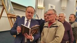 """Przepastny idiotyzm, zjadanie dzieci, koronawirus czy Greta? Premiera """"Idiotokracji"""" Janusza Szewczaka - miniaturka"""