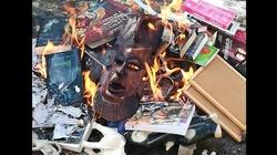 Ksiądz i ministranci palili książki. My od 5 lat palimy w piecu ,,Wyborczą'' - miniaturka