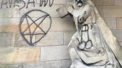 Prymitywna nienawiść. Hunwejbini lewicy zniszczyli kaplice - miniaturka