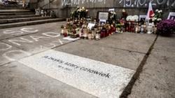 'Samodzielny i desperacki ruch'. Prokuratura umorzyła śledztwo ws. samospalenia Piotra Szczęsnego - miniaturka