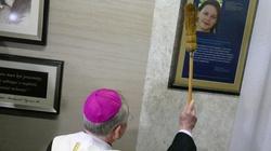 Abp Jędraszewski poświęcił tablicę upamiętniającą śp. Helenkę Kmieć - miniaturka