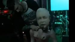 OBRZYDLIWY 'performance'!!! Przebrali dmuchaną lalkę za prezesa PiS i... - miniaturka