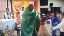 Aberracje liturgiczne. Biskup na Mszy tańczy z wiernymi - miniaturka