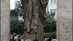 Już 20 tys. osób broni pomnika Jana Pawła II  - miniaturka