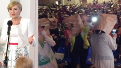 Uczestniczki Kongresu Kobiet z papierowymi torbami na głowach. Jednak styl Pierwszej Damy jest bardziej twarzowy! - miniaturka
