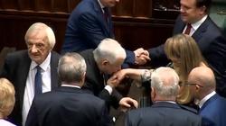 Prezes PiS całuje posłankę Koalicji Obywatelskiej w dłoń. Zaskakująca reakcja - miniaturka