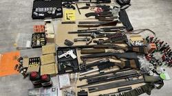 Cela plus. Miał w domu 1.5 tys. pocisków oraz imponujący arsenał broni - miniaturka