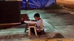 Wzruszające zdjęcie! Bezdomny chłopczyk odrabia lekcje - miniaturka