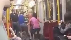 Dziewczyny kopią inne kobiety w warszawskim tramwaju a pasażerowie nie reagują. ZOBACZ! - miniaturka