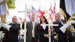 """Brytyjczycy pokojowo manifestują z krzyżami w dłoniach! Przeciwko """"inwazji islamskiej"""" - miniaturka"""