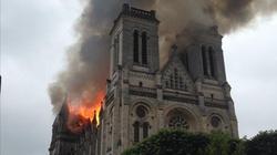 Ogień trawi bazylikę w Nantes - miniaturka