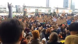 Szokujące transparenty na Młodzieżowym Strajku Klimatycznym! ,,Zniszcz mi pusie, nie planetę'' - miniaturka