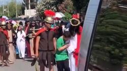 Wzruszająca scena. Chłopiec z zespołem Downa broni i pociesza Jezusa podczas Drogi Krzyżowej - miniaturka