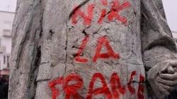 Okropne! Uchodźcy zdewastowali pomnik de Gaulle'a - miniaturka