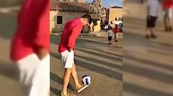 Tak spełniają się marzenia! Lewandowski spotyka grupę chłopców na ulicy i… gra z nimi w piłkę  - miniaturka