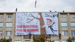 Hucpa zielonych aktywistów. Zwiesili się na linach z gmachu ministerstwa  - miniaturka