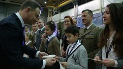 Spotkanie wigilijne z żołnierzami. Prezydent: Niech światło bijące ze stajenki betlejemskiej będzie Waszą osłoną! - miniaturka