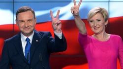 Z kim Polacy chcieliby spędzić wakacje? Oczywiście z parą prezydencką! - miniaturka