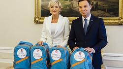 Para prezydencka razem z Caritas pomaga dzieciom napelnić tornistry  - miniaturka