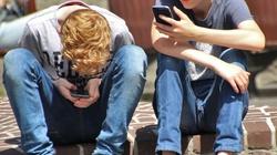 Rodzicu - uważaj!!! Uzależnienie od smartfonów plagą wśród młodzieży. Cyfrowe kontakty okaleczają ludzi - miniaturka