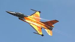 Kaczyński przed bazą F-16 - miniaturka