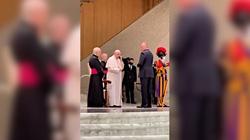 Niecodzienna sytuacja w Watykanie. Papież odebrał telefon w czasie audiencji  - miniaturka