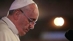 Papież przewodniczy mszy Wigilii Paschalnej. Tysiące wiernych w bazylice watykańskiej - miniaturka