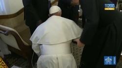 Papież na kolanach całuje stopy przywódcom Sudanu Południowego - miniaturka