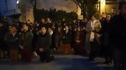 'Popiół z Notre-Dame leci na nasze głowy'. Francuzi modlą się pod katedrą - miniaturka
