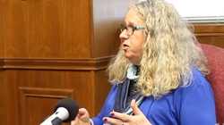 Pierwsze decyzje Bidena. Transpłciowy lekarz doradcą sekretarza zdrowia  - miniaturka