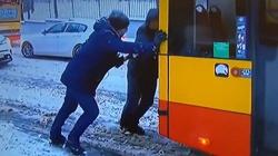 Absolutny HIT! Dziennikarz TVN pomaga pchać autobus i przeprowadza wywiad z Białorusinem - miniaturka