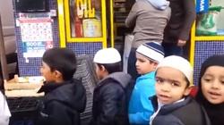 """""""Allahu akbar!"""" krzyczą mali muzułmanie na ulicy w Anglii - miniaturka"""