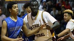30-letni uchodźca został... szkolną gwiazdą koszykówki - miniaturka