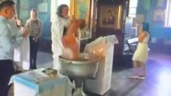Pop niemal utopił dziecko przy chrzcie! Szokujące nagranie! - miniaturka