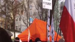 DRAMAT KOD-ziarzy. Jarosław Kaczyński nie knebluje im ust, więc muszą robić to sami! - miniaturka